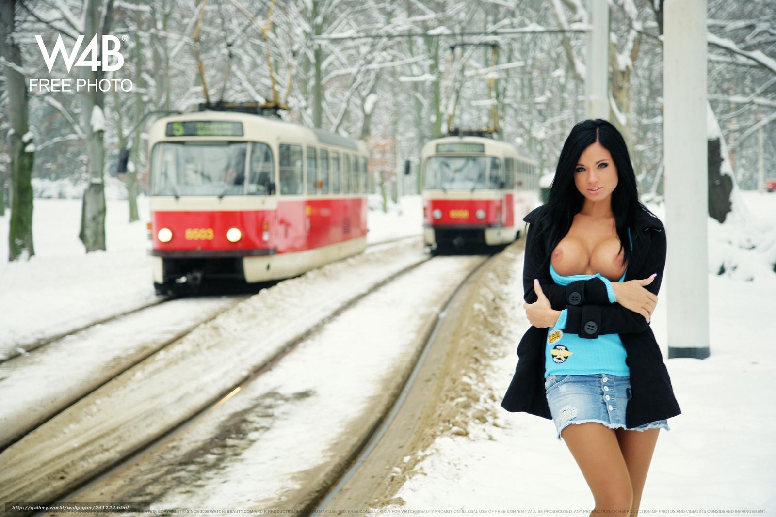 трахает на трамвайе