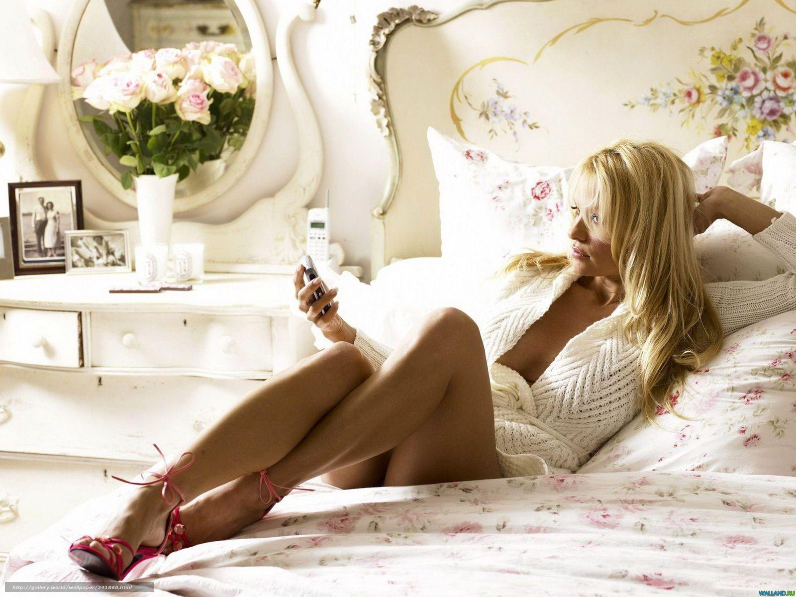 Эрротикка с блондинкамми в розоввомм на пленкке 5 фотография