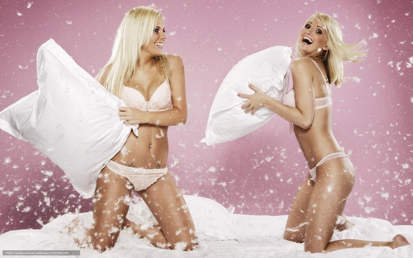 Девушки дерутся подушками фото