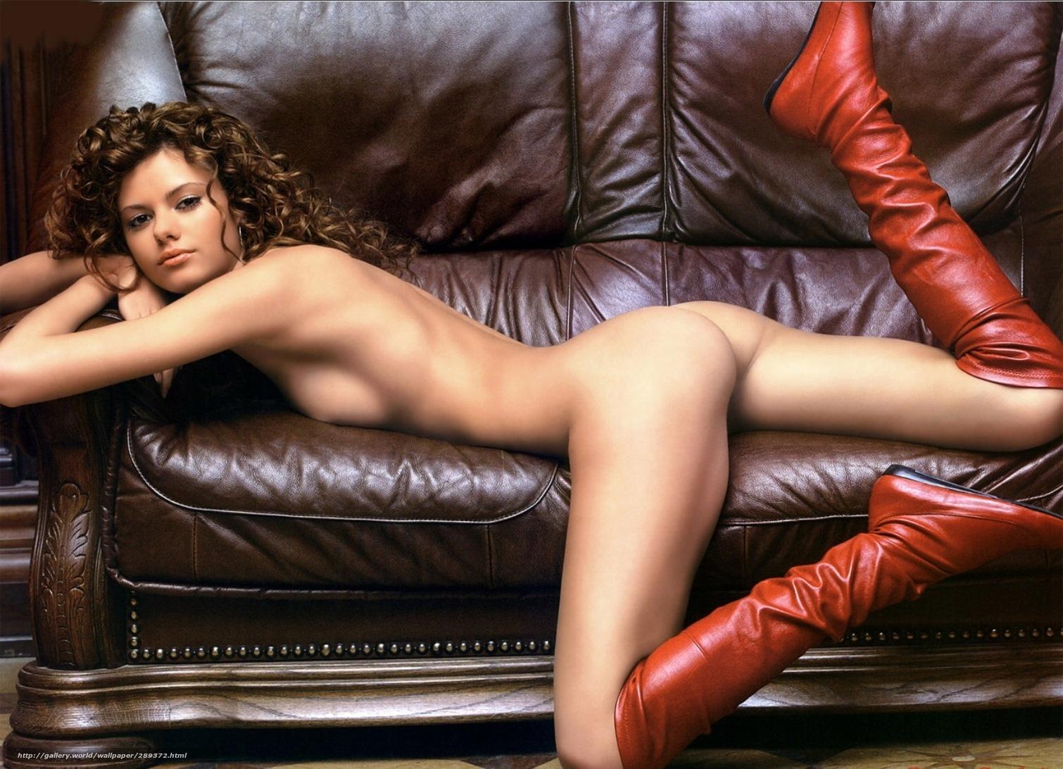 Рыжая и красивая толстушка позирует на диване 9 фотография