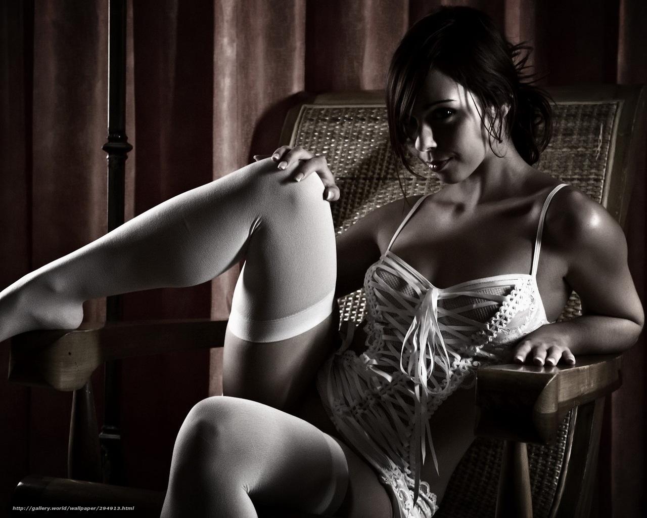 Фото брюнетка в белых чулках на стуле 7 фотография