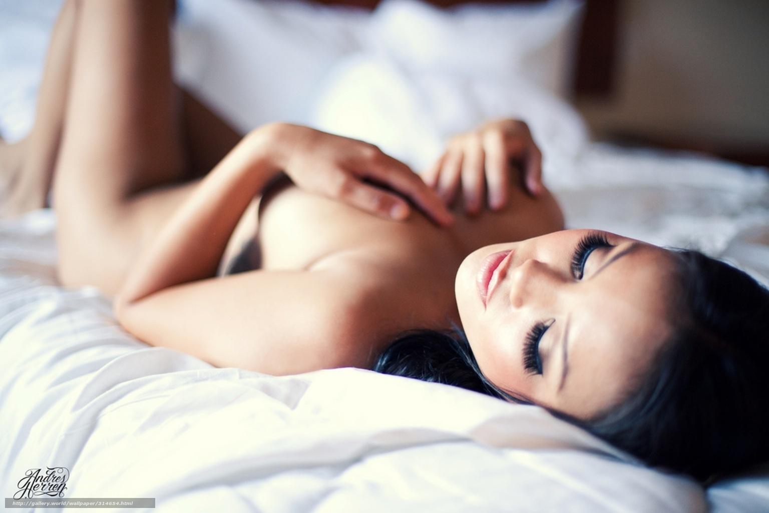 Фотосессия девушки в постели 26 фотография