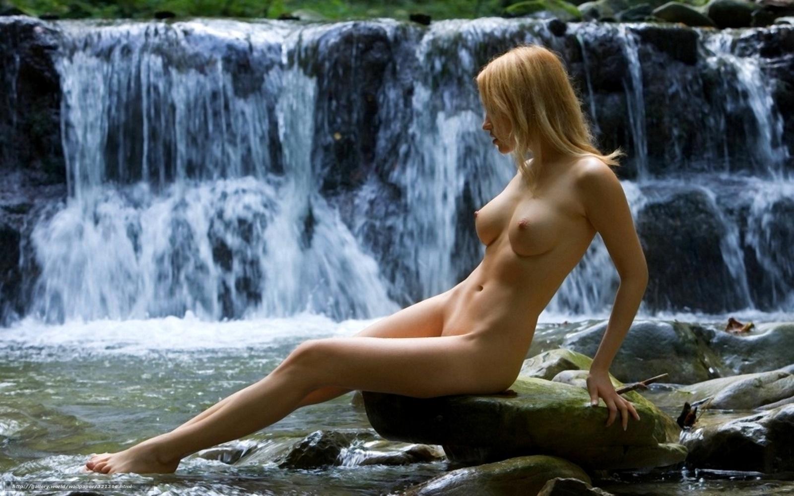 Фигуристая девица в масле позирует рядом с красивой машиной в лесу 4 фотография