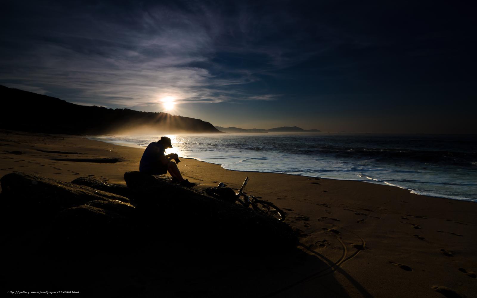 Парень на пляже закат фото