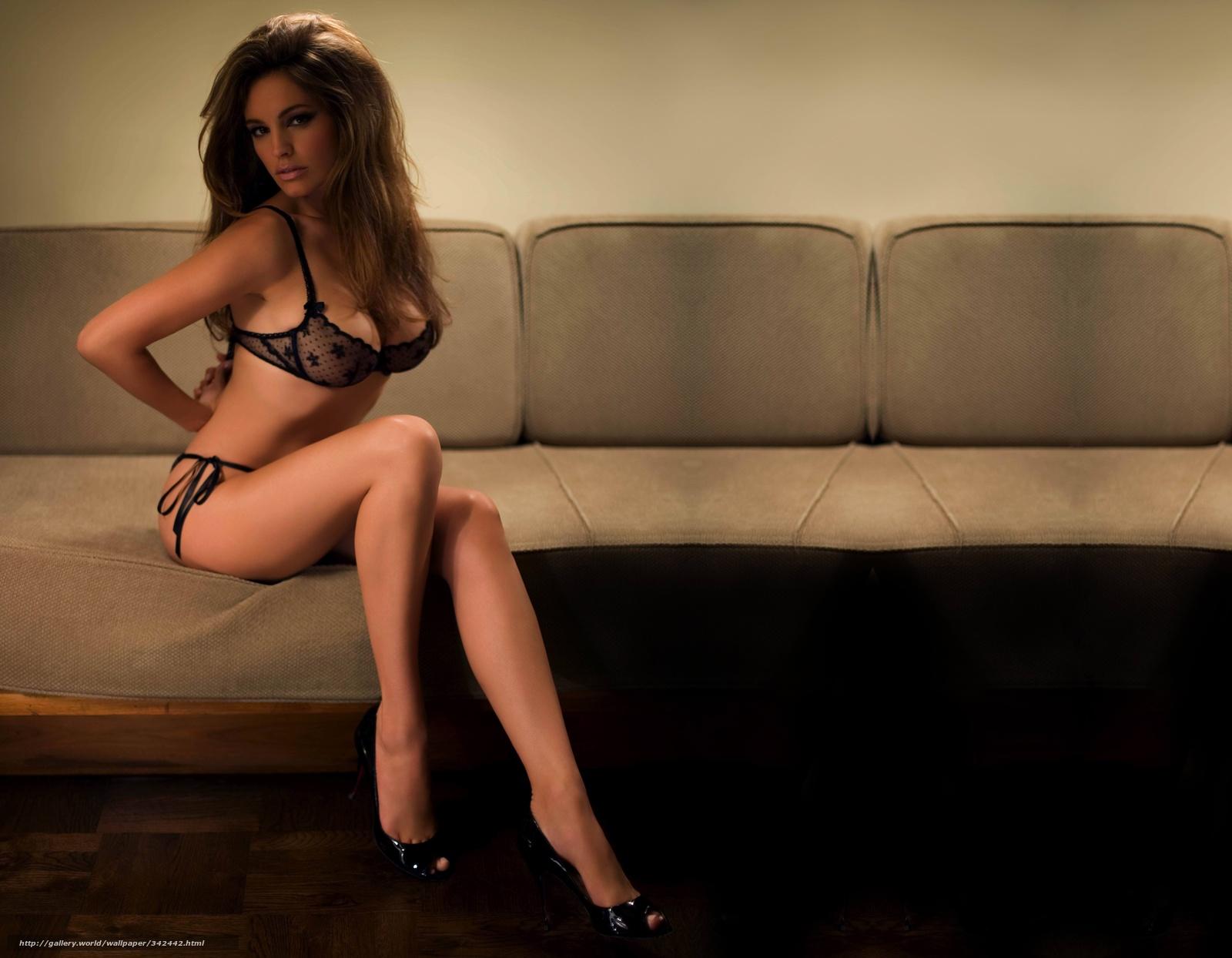 Фото девушки в лифчике которие стоят на ногах 25 фотография