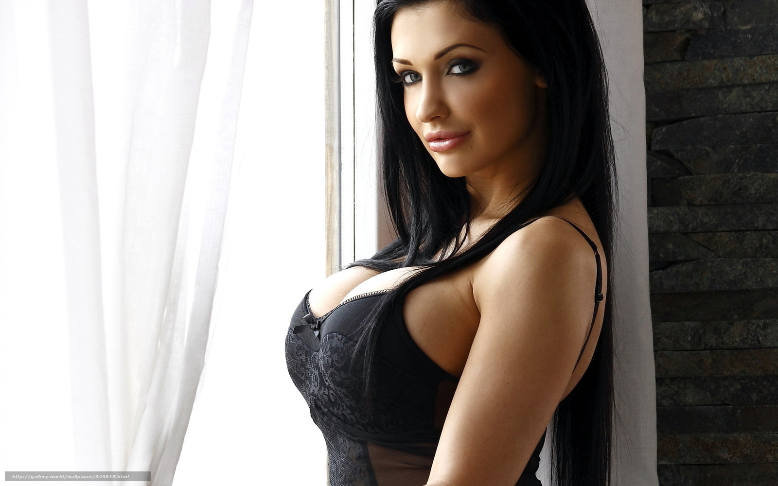 Фото девушки с табличкой на груди 17 фотография