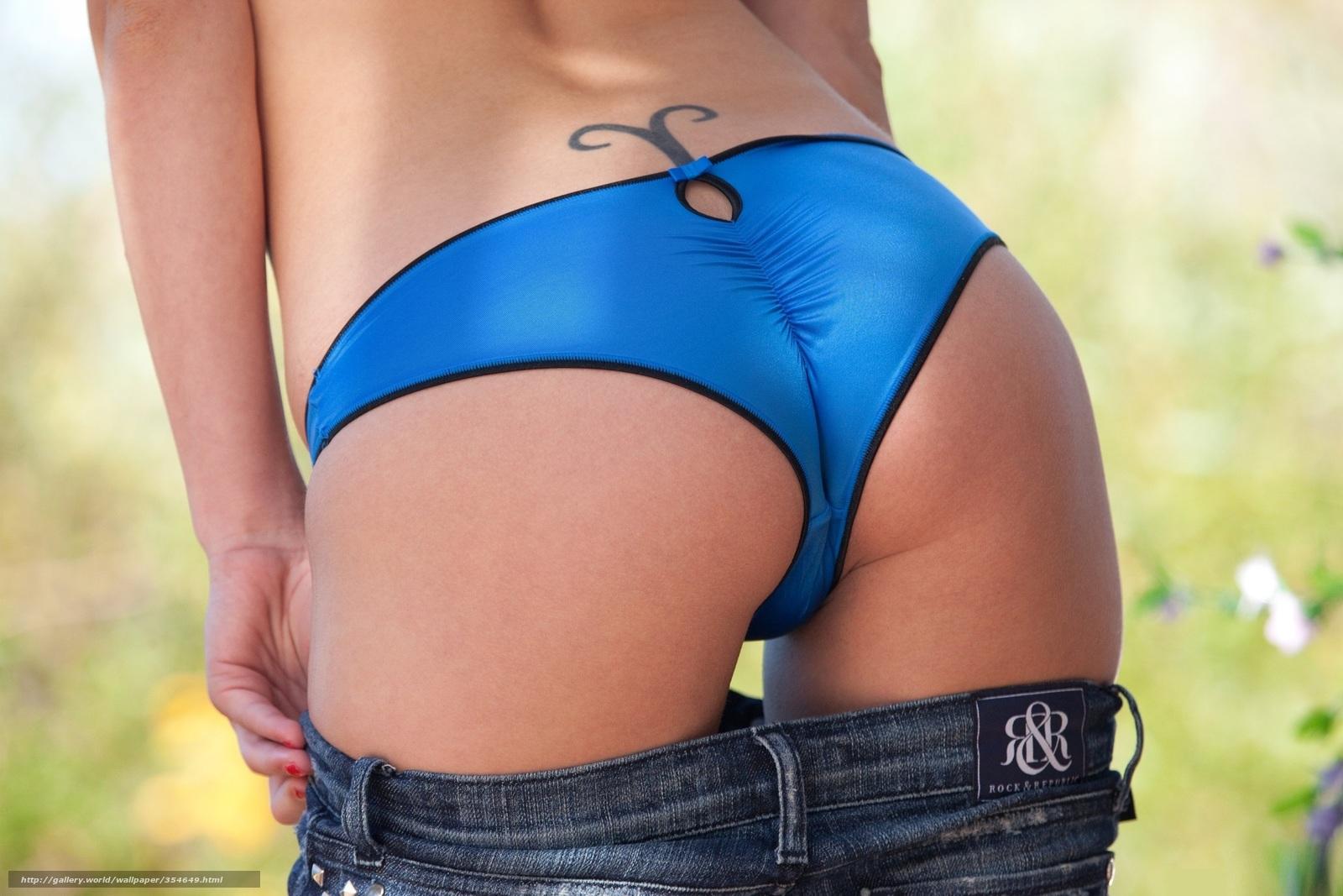 У девушки из под джинсов видно попку 1 фотография