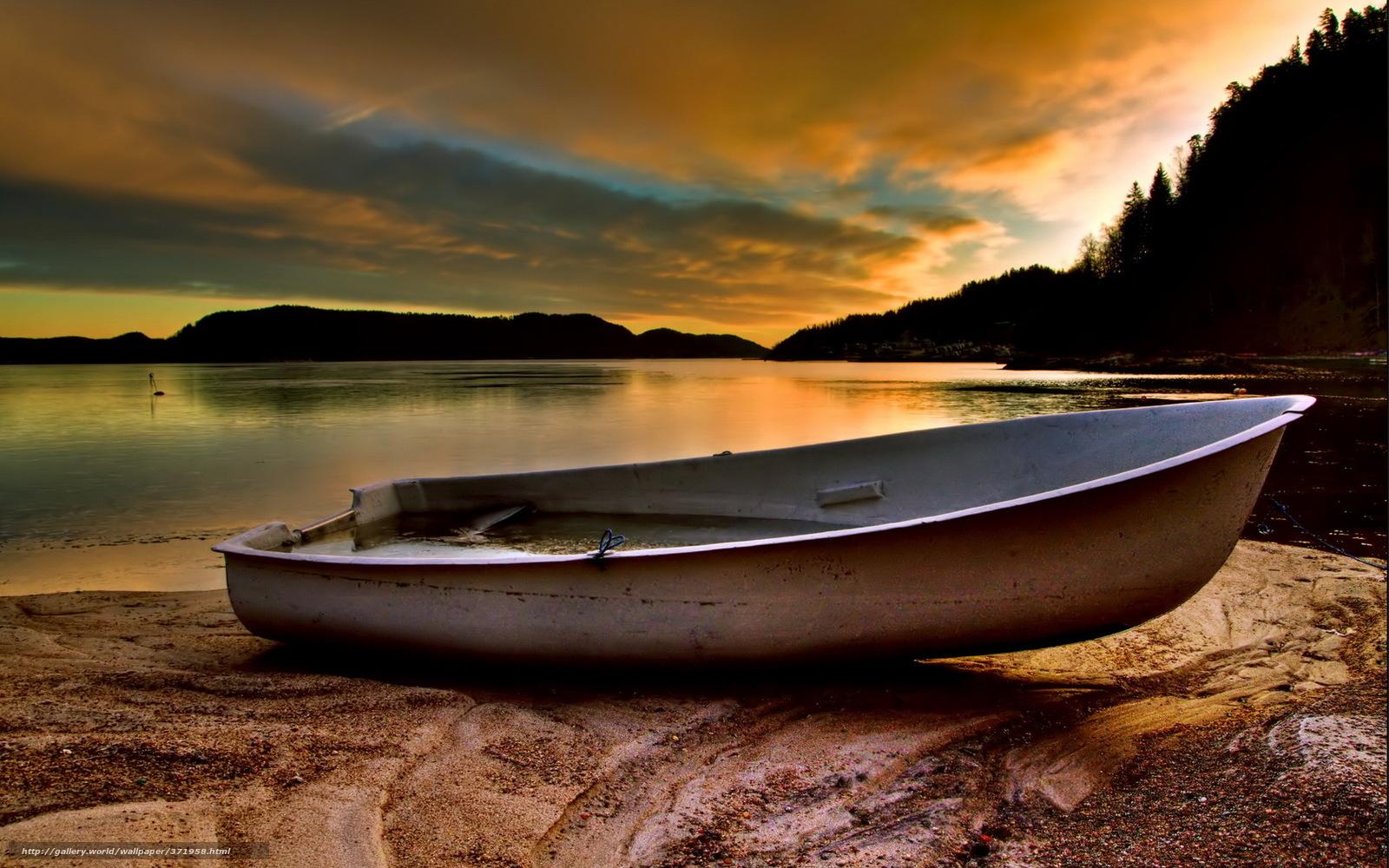 лодки на берегу заката