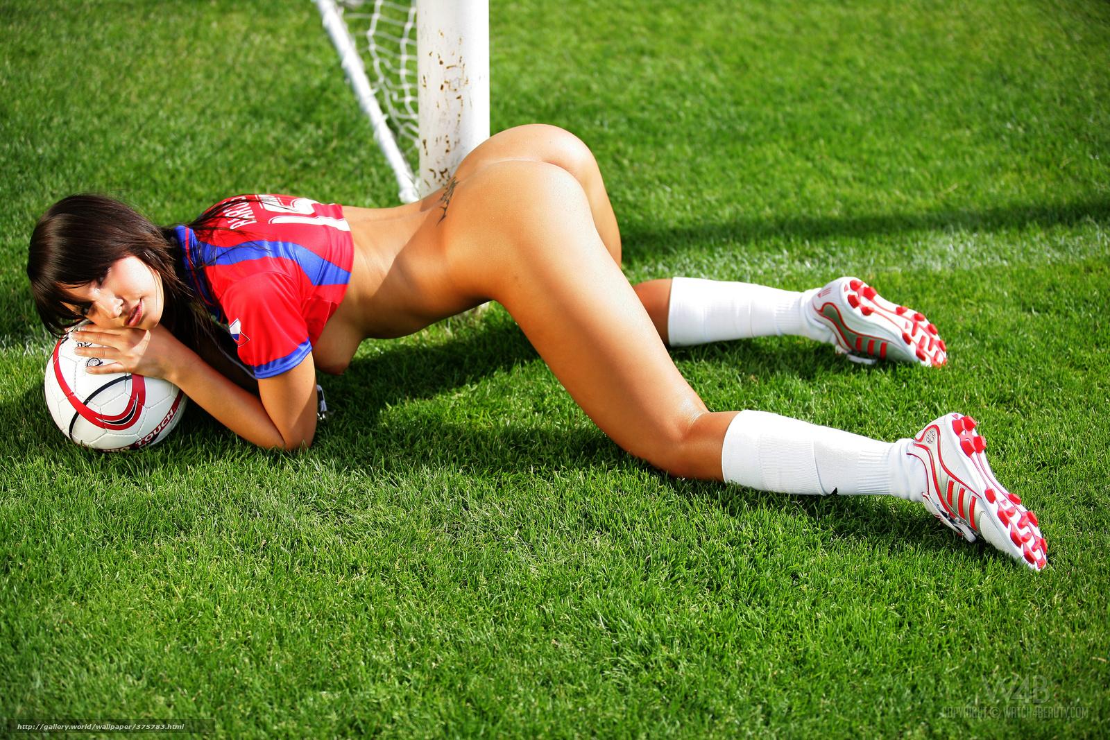 Фото девучка голая футболным мячом 5 фотография