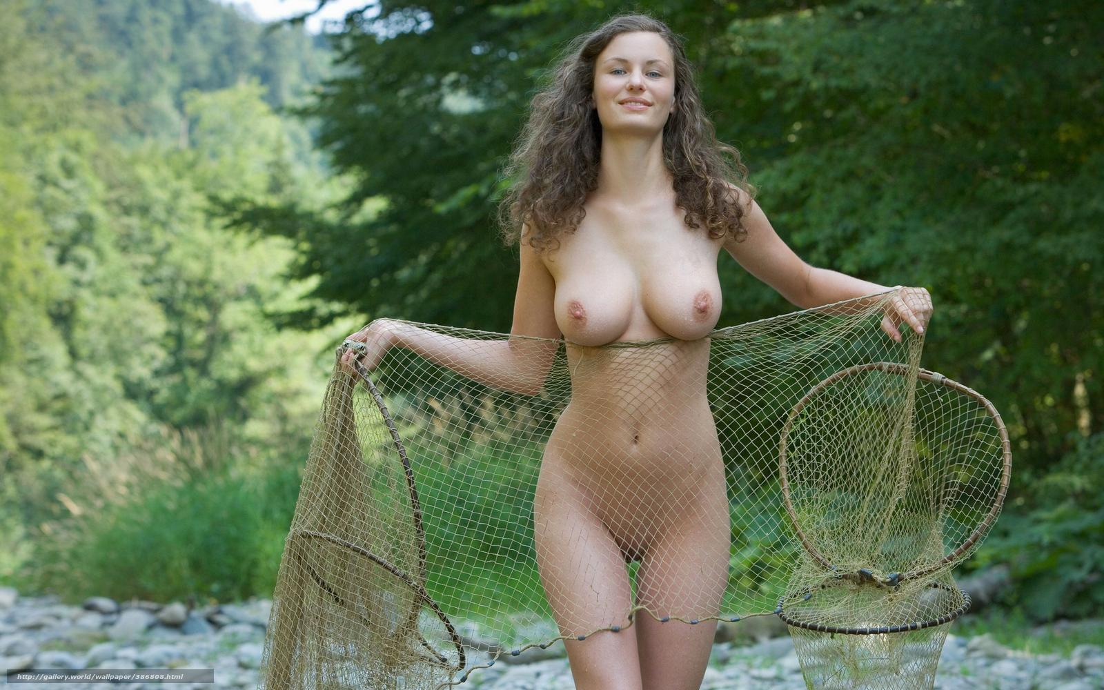 трахоет грудастую на рыбалке