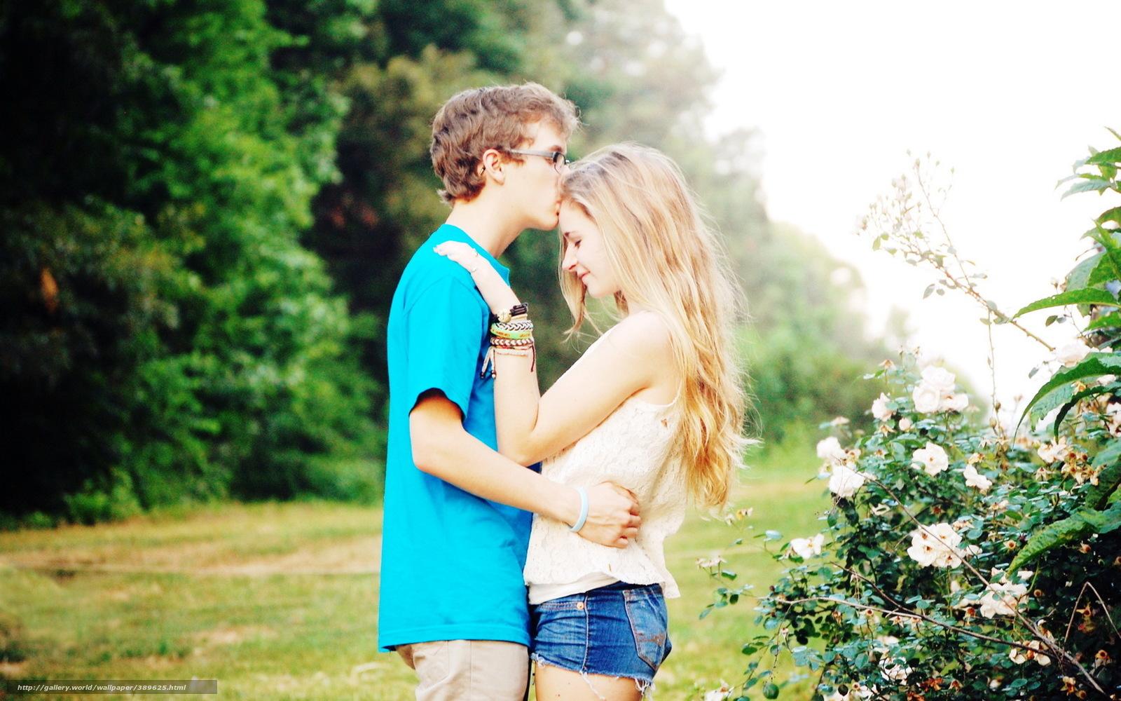 Парень и девушка обнимаются фото