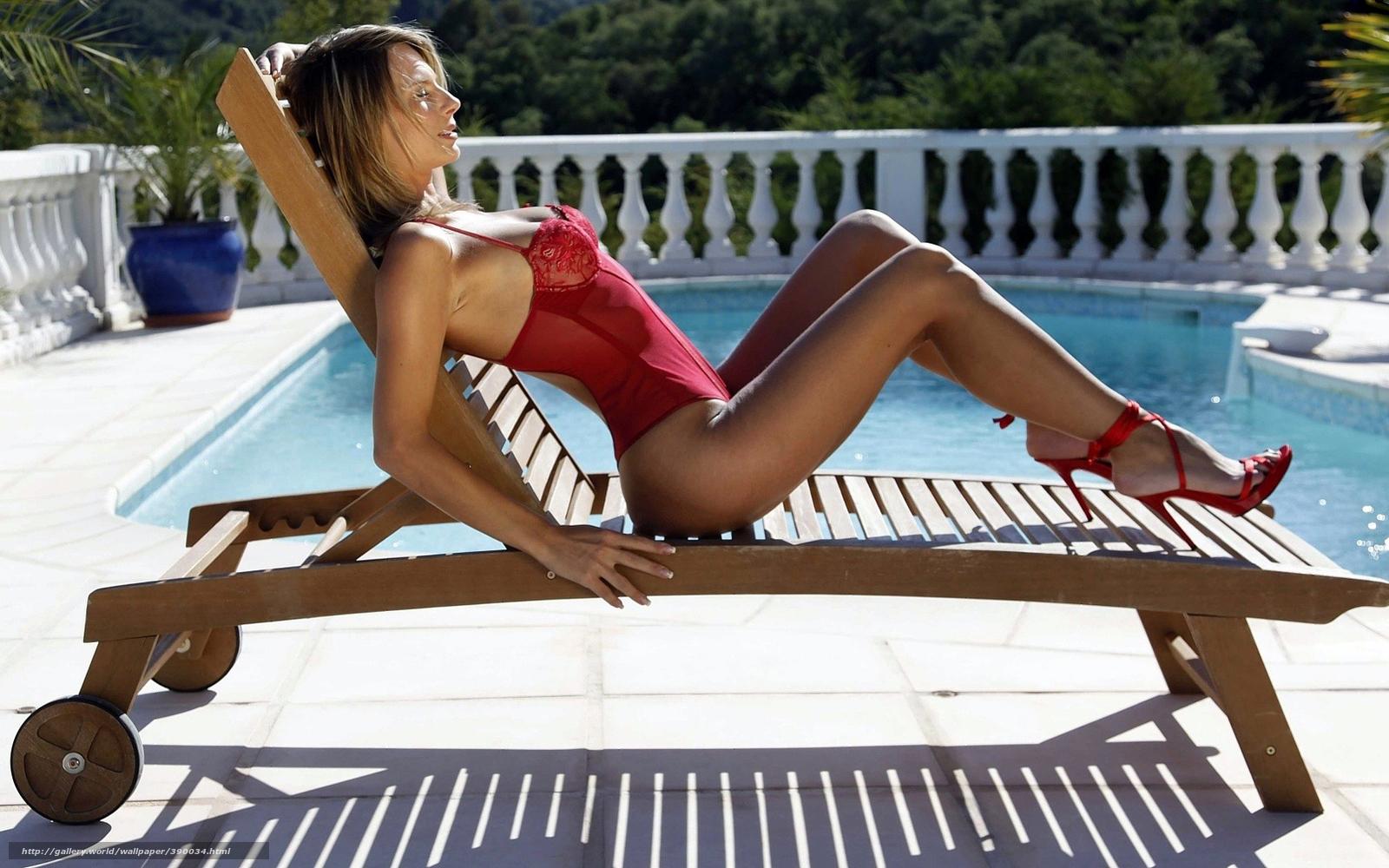 Анальный секс с красивой блондинкой на шезлонге у бассейна