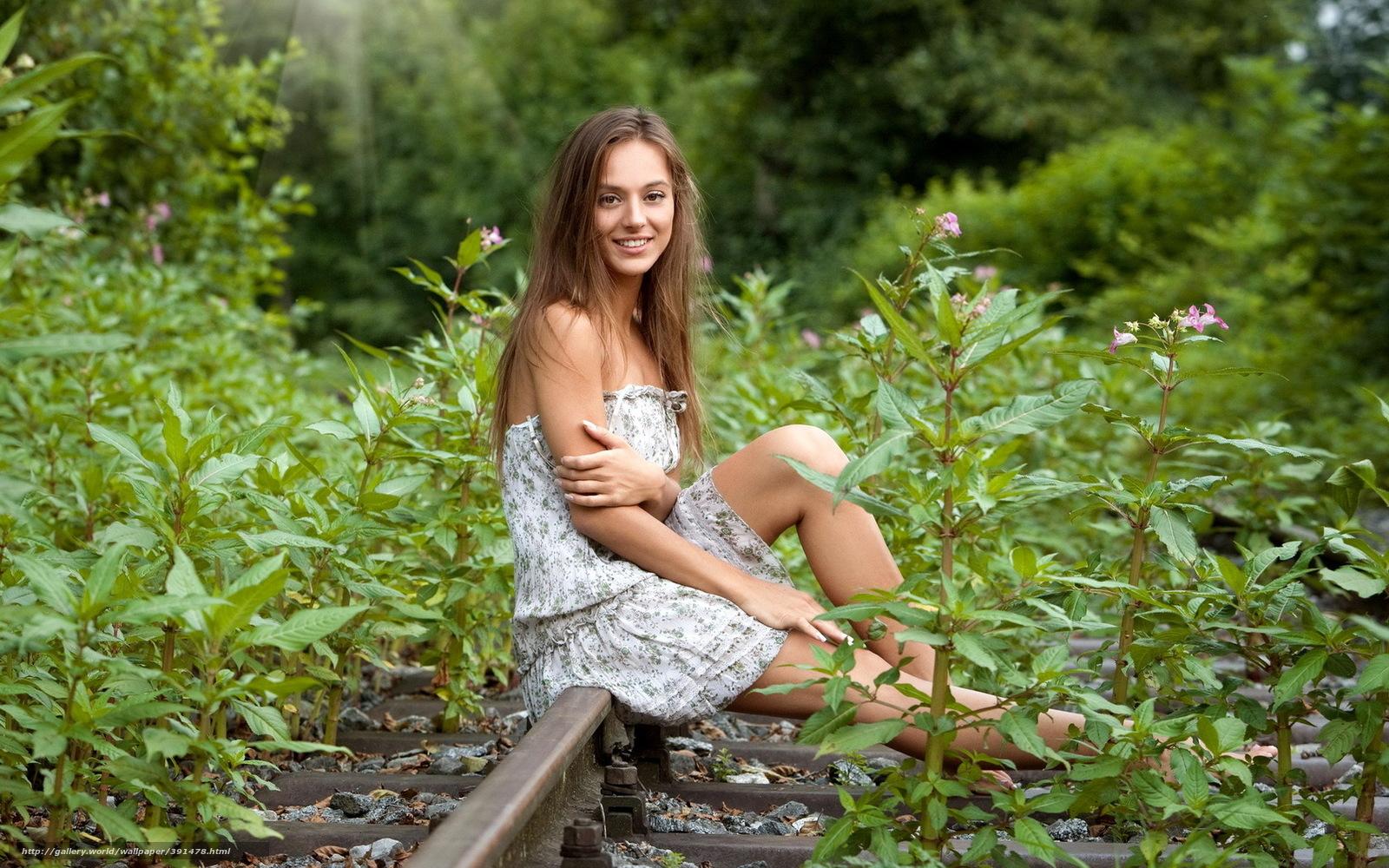 Фото сиксуальная девушка сидит на траве 19 фотография
