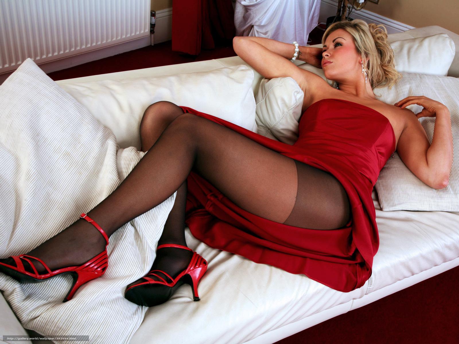 Фотография девушки в красной юбке лежащая на кровати с протезом ноги 7 фотография
