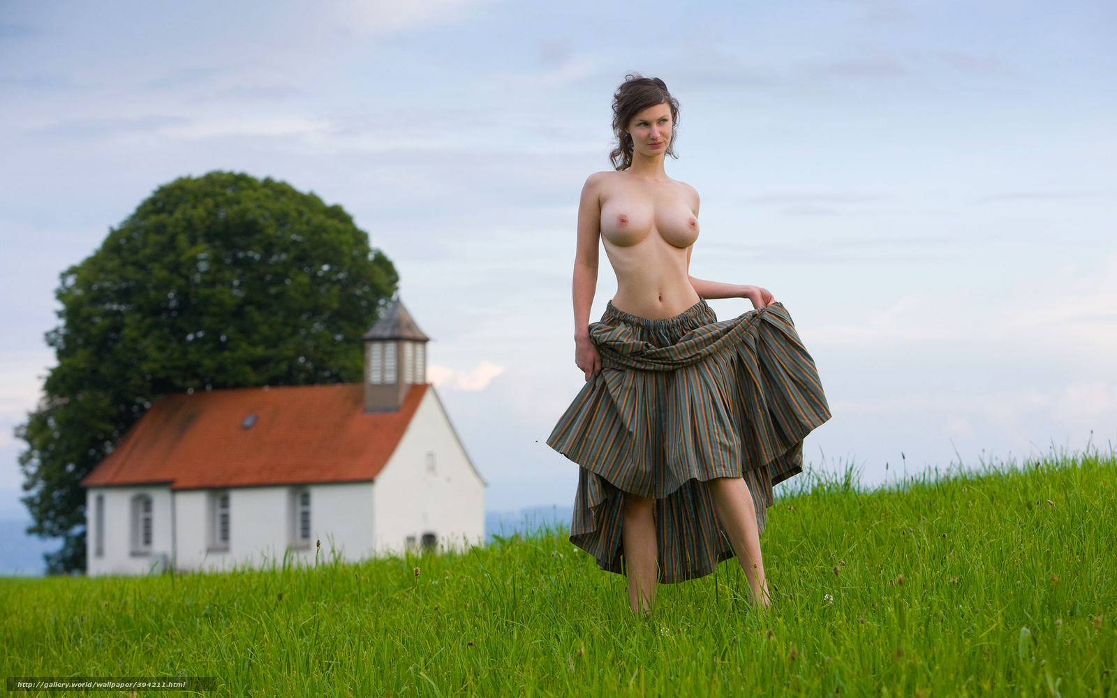 Эротика девушка на лугу 6 фотография