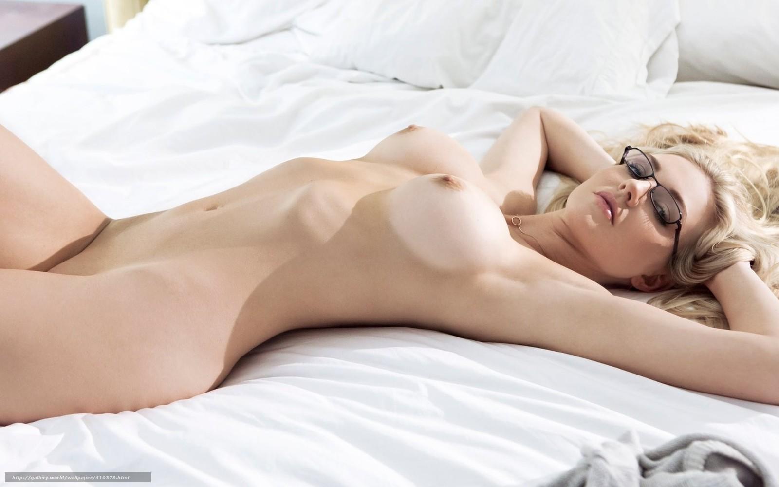 golaya-blondinka-v-ochkah