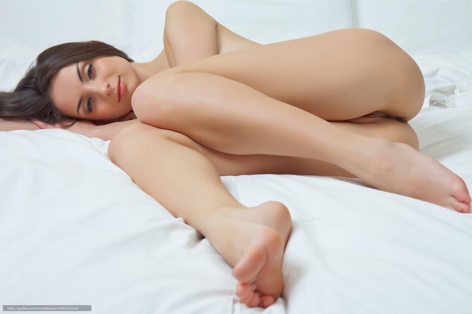golaya-krasavitsa-v-posteli