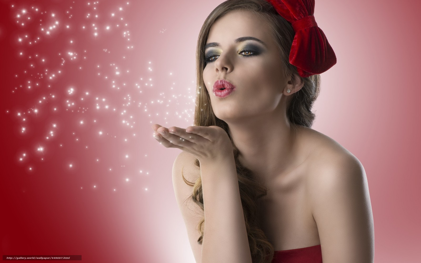 Девушка посылает воздушный поцелуй фото