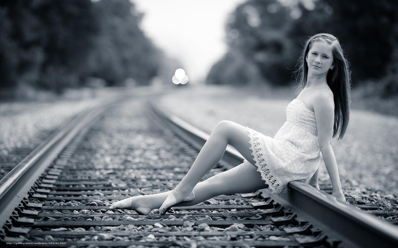 Фото девушек на фоне поезда 7 фотография