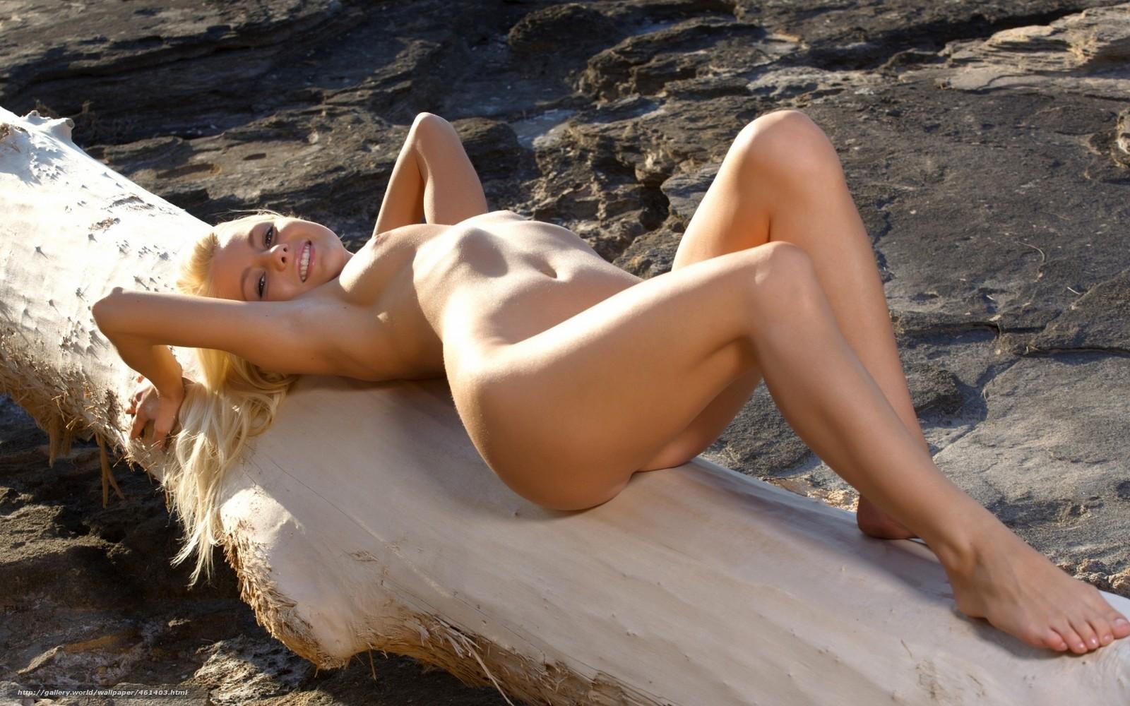 Фото блондинка на безлюдном пляже голая в масле 19 фотография