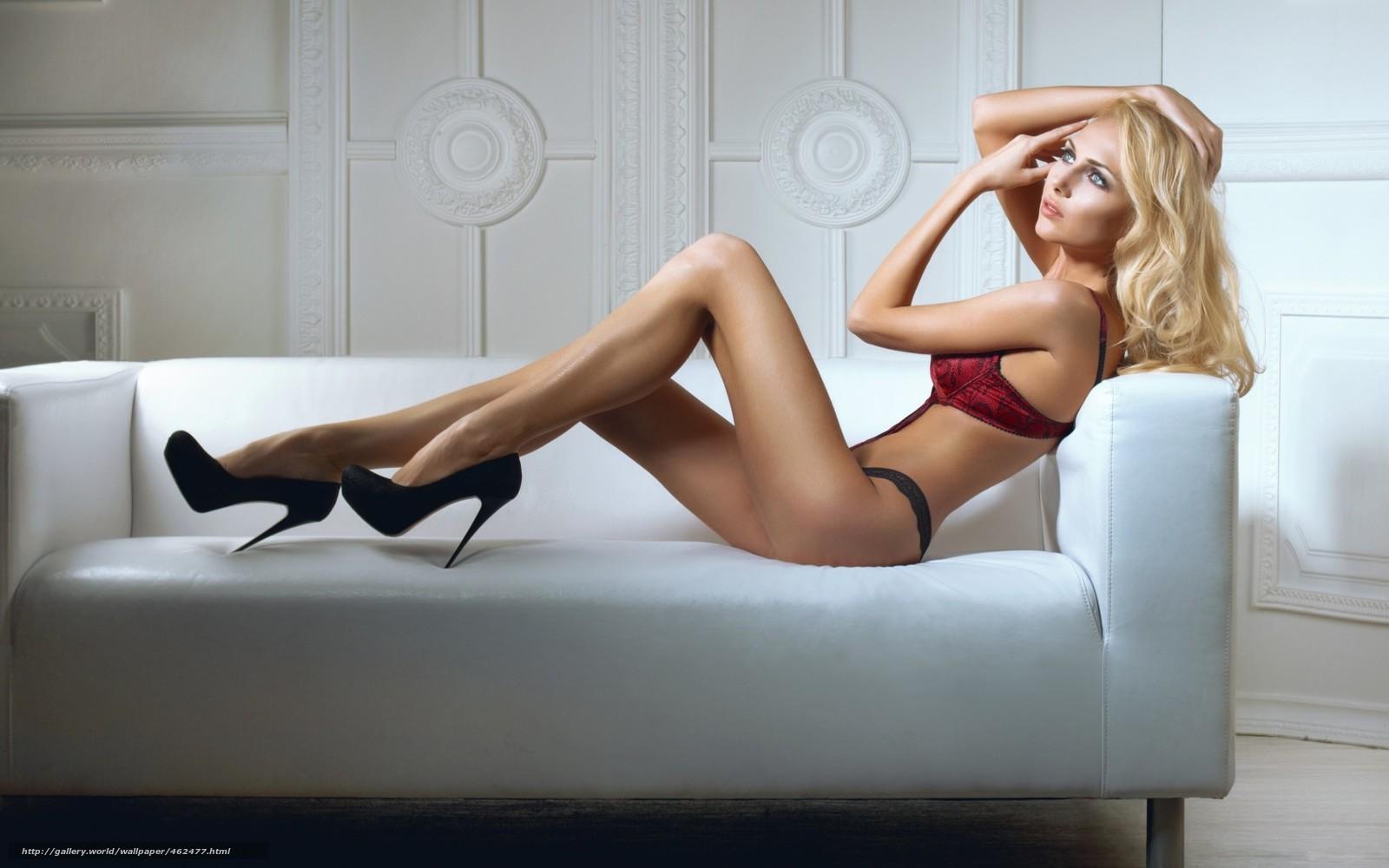 Фото блондинка на белом диване 21 фотография