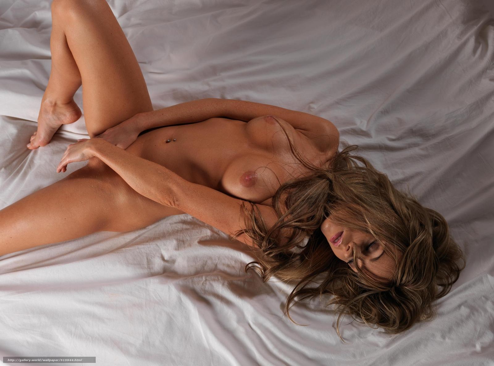 Сидит на кровати голая 20 фотография