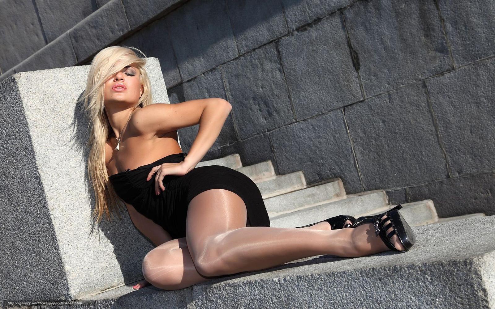девушка в нейлоновых чёрных колготках