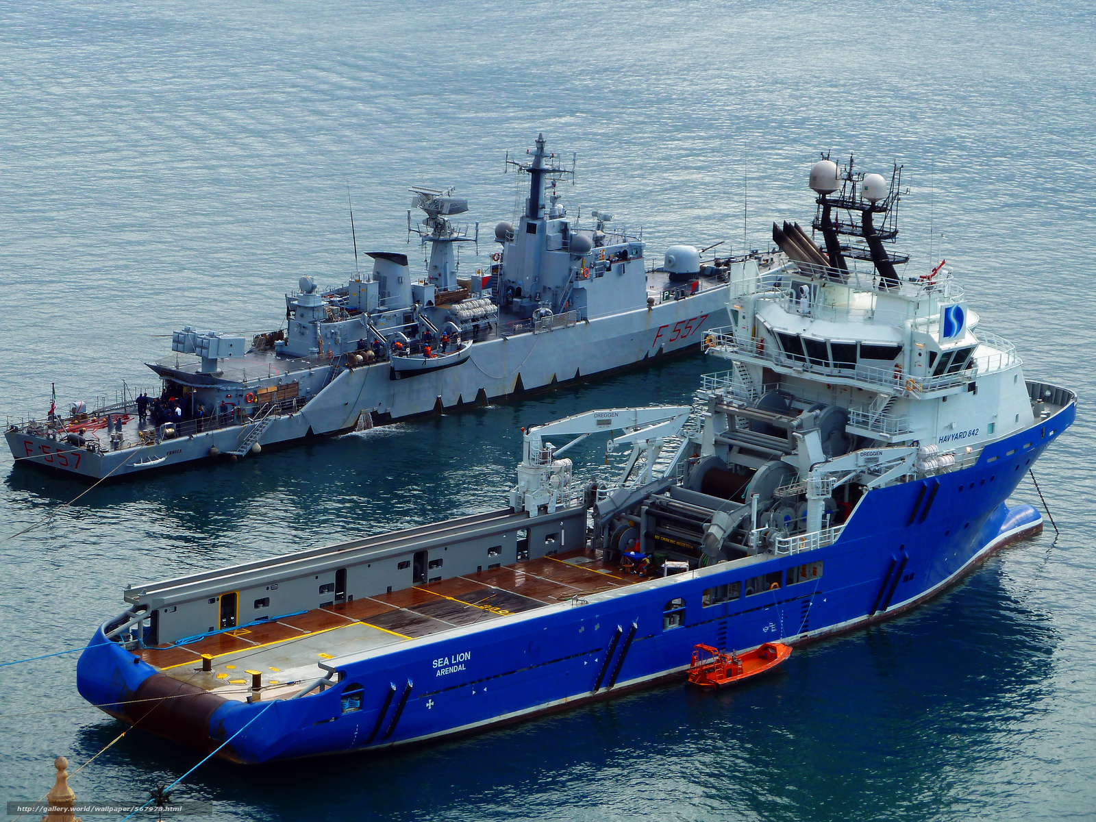 Итальянский Корвет F557 Fenice на Мальте, так как он участвует в западных усилий в ливийской кризиса, На переднем плане является глубоководная питания буксира для установки якорей питания (ТБС)