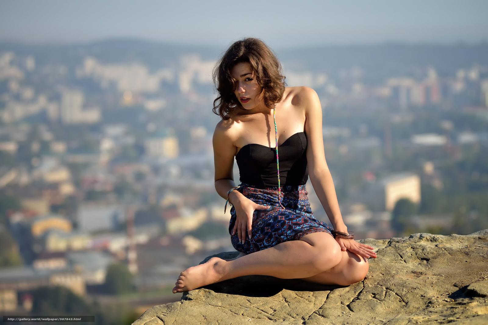 Фото когда девушка сидит на камне