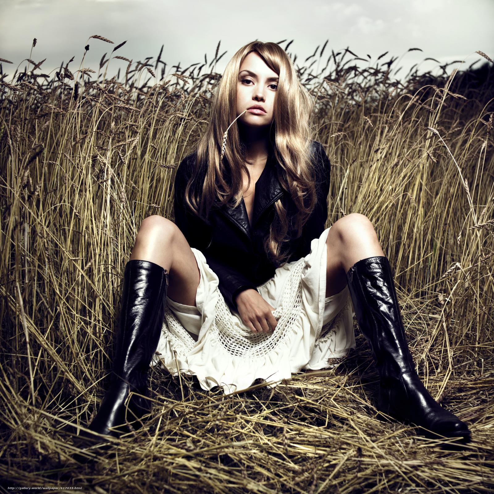 Светловолосая девушка в меховых сапогах 7 фотография