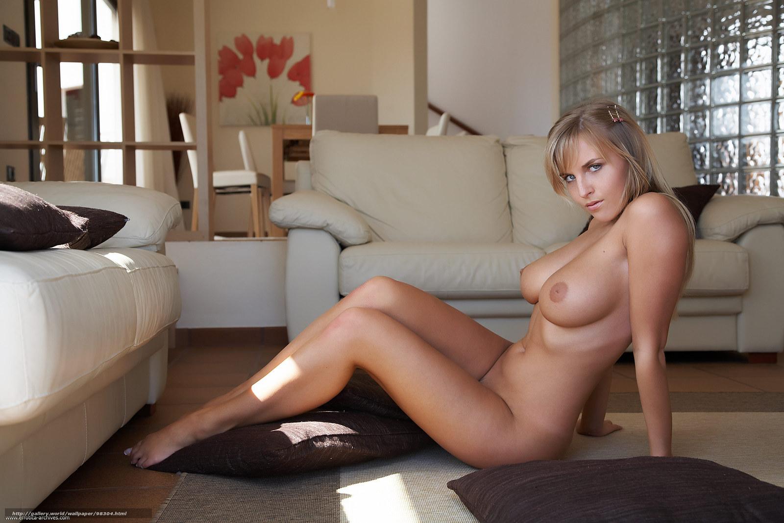 С большими сиськами на диване 10 фотография