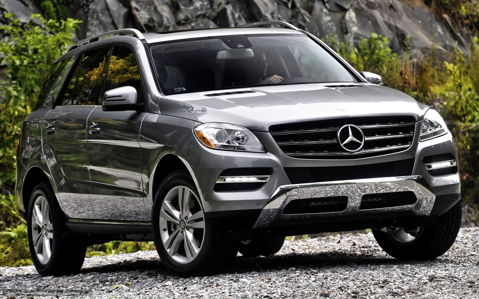 Download wallpaper mercedes ml jeep front free desktop for Jeep mercedes benz