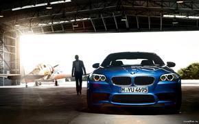 Машины: bmw m5 2011,  машина,  ангар,  человек,  самолёт,  свет,  car,  hangar,  man,  plane,  light,  1920x1200, автомобили, машины, авто