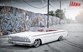 Машины: шевроле, импала, классика, передок, тюнинг, белый, диски, хром, стена.графити, логотип, Chevrolet