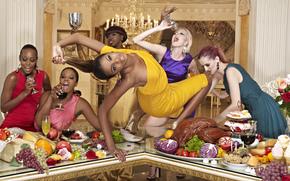 Девушки: топ-модель, америка, America's Next Top Model, movie, шоу, реалити-шоу, блондинка, шатенка, афроамериканка, негритянка, еда, мясо, стол, фрукты, интерьер, бокал, вино