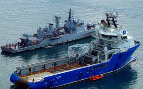 Корабли: Итальянский Корвет F557 Fenice на Мальте, так как он участвует в западных усилий в ливийской кризиса, На переднем плане является глубоководная питания буксира для установки якорей питания (ТБС)