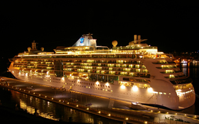 Корабли: Royal Caribbean cruise ship Brilliance Of The Seas в Гранд-Харбор, Мальта, ночью