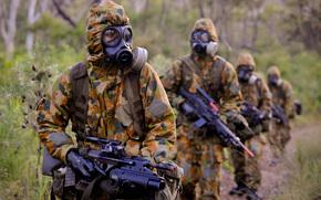 Мужчины: противогаз, дождь, лес, автоматическая, винтовка, строй, экипировка, солдаты, камуфляж