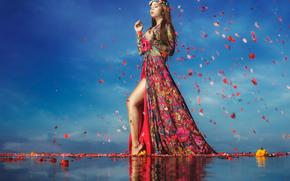 Ситуации: походка, девушка, цветы, лепестки, вода