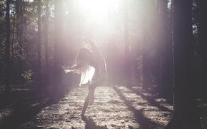 Ситуации: лучи, девушка, лес, танец