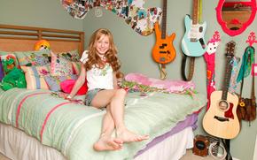 Музыка: девушка, комната, гитары