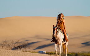 Ситуации: песок, собака, пустыня, лошадь, конь, головной убор, девушка