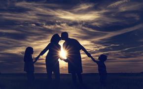 Настроения: семья, луч солнца, дети, поцелуй