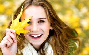 Настроения: размытие, желтый, радость, позитив, листик, смех, девочка, листочек, фон, осень, улыбка, женщина, широкоэкранные, широкоформатные, листья, девушка, настроения, обои, полноэкранные