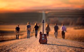 Музыка: дорога, гитара, музыканты