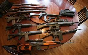 Оружие: автоматы, штурмовые винтовки, снайперская винтовка, пистолеты, оружие, стол