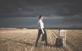 Музыка: девушка, стул, поле, гитара