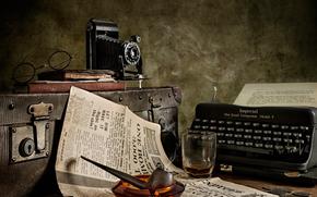 Стиль: фотоаппарат, очки, трубка, чемодан, ретро, газета