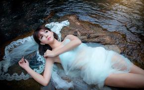 Ситуации: платье, камни, девушка, течение, ручей