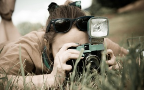 Настроения: обои, очки, зелень, съемка, настроения, широкоформатные, широкоэкранные, фотоаппарат, брюнетка, камера, природа, полноэкранные, девушка, фон, трава